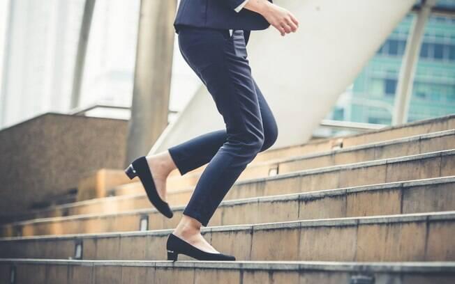 Subir escadas é uma das alternativas para emagrecer e praticar exercícios. A atitude é comum e frequente no dia a dia
