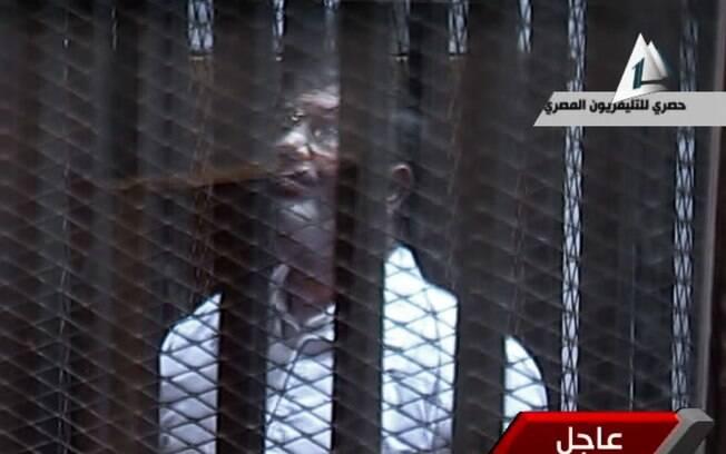 Reprodução de TV mostra presidente deposto Mohammed Morsi em cela de vidro em corte no Cairo, Egito (Arquivo)