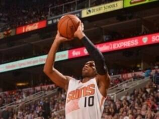 Leandrinho defende o Phoenix Suns, da NBA