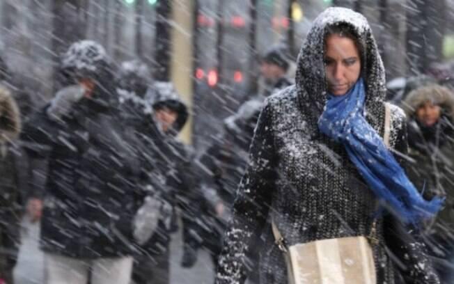 Supermercados ficaram lotados antes de nevasca que atrapalha rotina de americanos