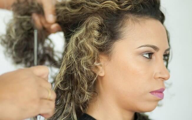 Comece o penteado fazendo a divisão com o pente fino
