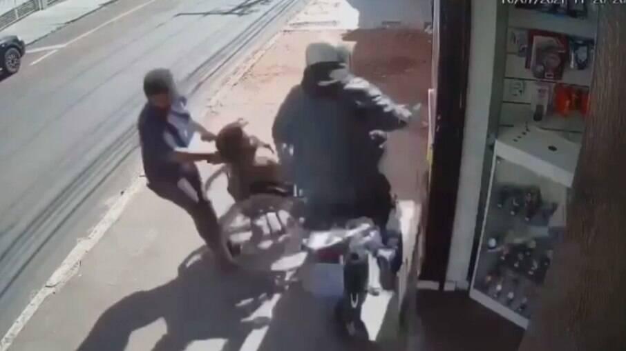 Motociclista perdeu o controle e subiu na calçada
