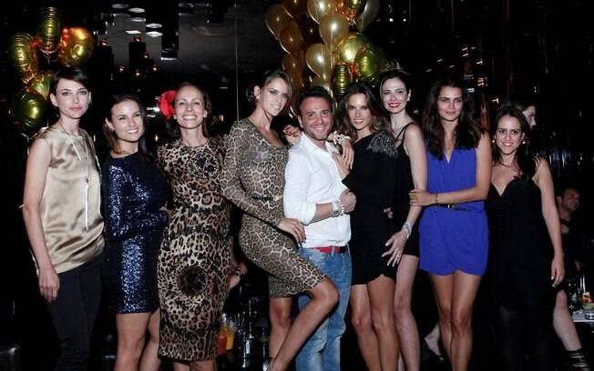 Matheus Mazzafera e suas convidadas posam para fotos