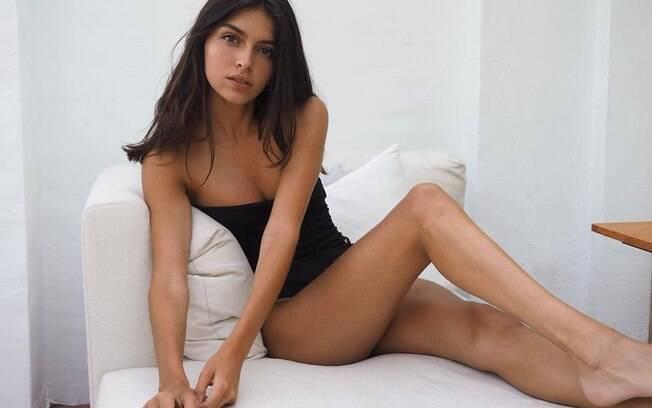 Modelo mostra sua beleza na web