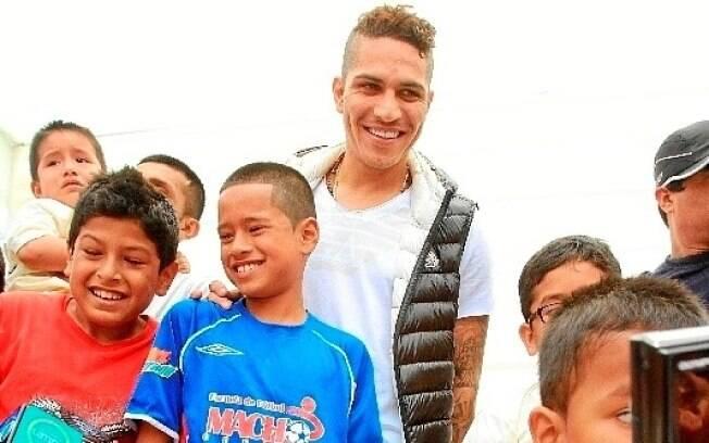 O atacante Paolo Guerrero entregou presentes  de Natal para crianças pobres em Lima