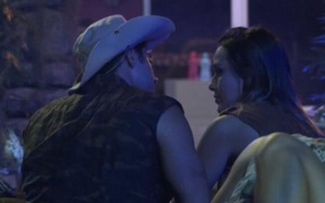 Letícia e Marcelo conversam durante a festa
