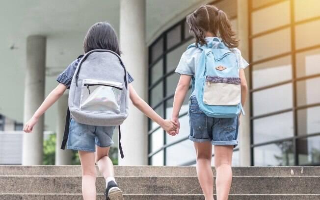 """Duas irmãs são expulsas da escola após pastor dizer que a mãe vive de modo """"inconsistente"""" em relação à regras do colégio"""
