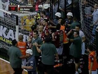 Jogadores do Corinthians partiram para cima da arbitragem após eliminação na Liga Futsal
