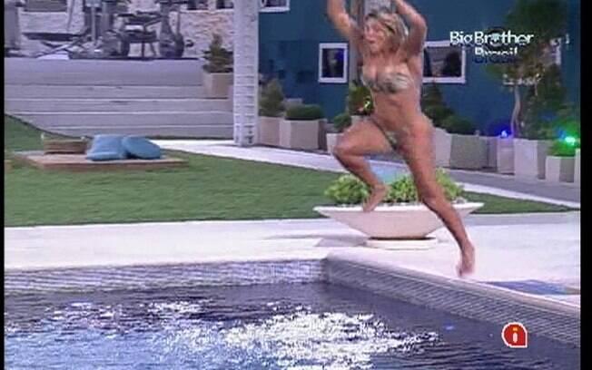 Fabiana dá um salto em direção à piscina