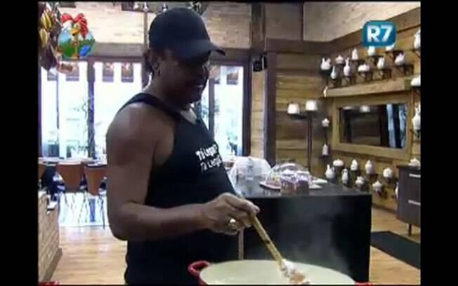 O cantor dorminhoco não deixa François na mão e ajuda no preparo do arroz