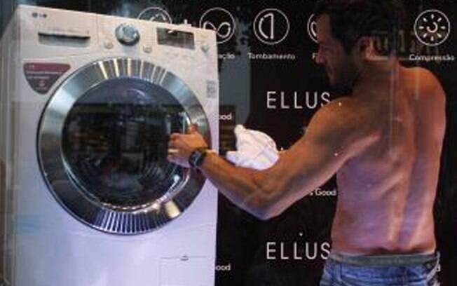 Malvino Salvador mostra o corpo sarado em São Paulo