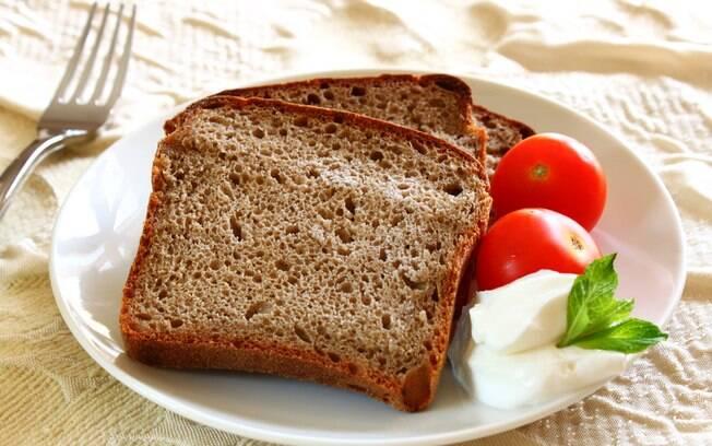 Pão integral é rico em fibras e nutrientes e ajuda a manter a saciedade por mais tempo