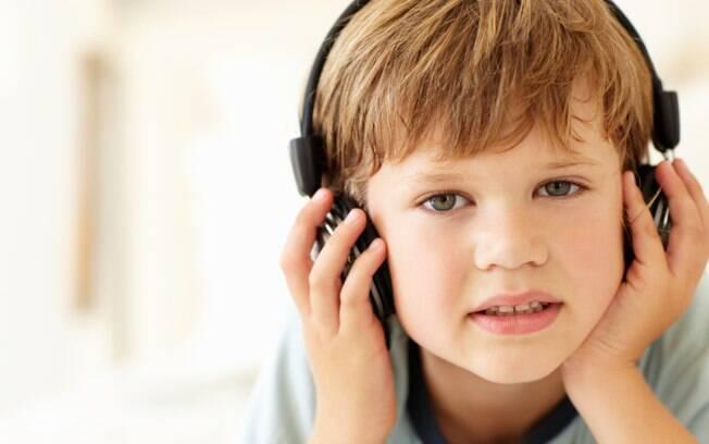 Fones de ouvido só podem ser usados com segurança por menos de uma hora e abaixo de 85 decibéis. Crianças deveriam evitar, explicam especialistas