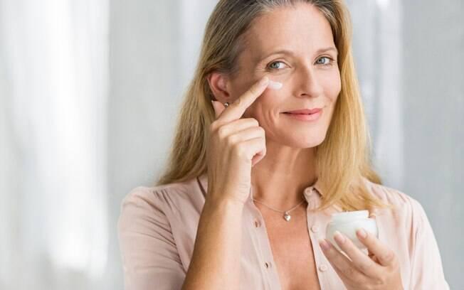 O primer serve para manter a pele firme e corrigir pequenas 'imperfeições', enquanto o hidratante deixa a pele macia