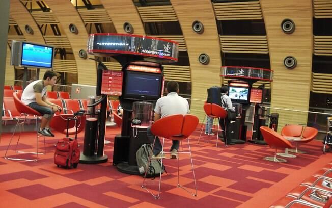 No aeroporto Charles de Gaulle, em Paris, os passageiros podem se distrair com jogos eletrônicos enquanto aguardam o voo