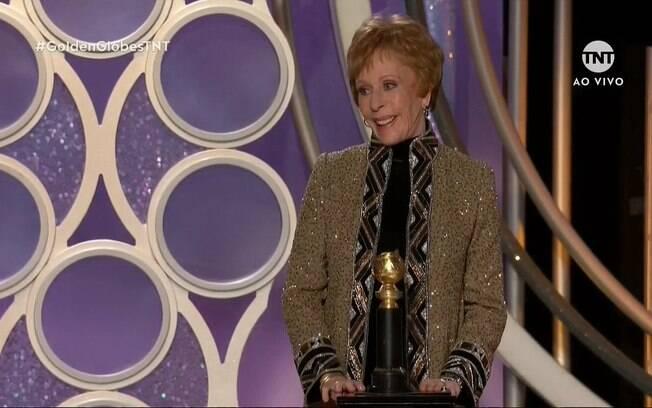 Carol Burnett recebe o primeiro prêmio Carol Burnett, em homenagem a carreira de figura célebres da TV
