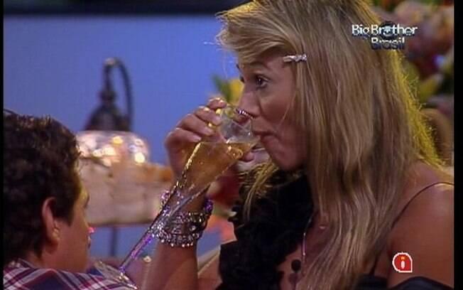 Fabiana não consegue se animar na última festa do BBB12