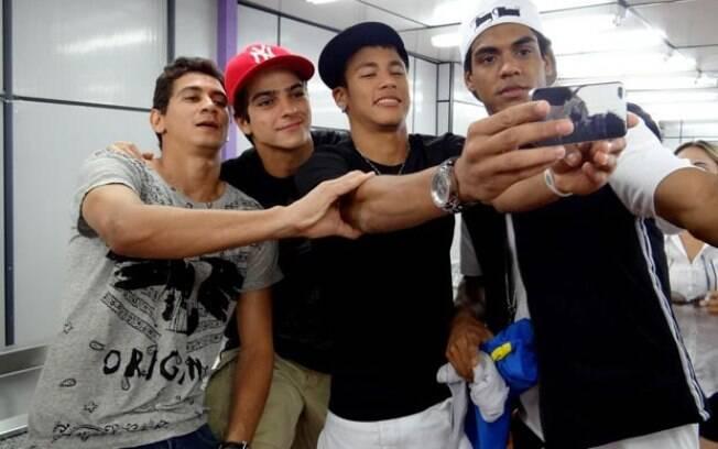 Ganso, Bernardo Mesquita, Neymar e Marcello Melo Jr registram o encontro no celular