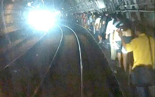 Passageiros da Linha 4-Amarela andaram pelos trilhos após falta de energia