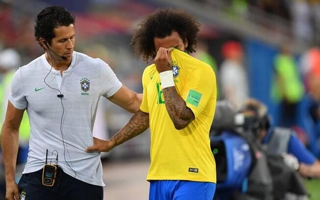 Com dor na coluna, Marcelo chora ao deixar o gramado e recebe tratamento para espasmo muscular na lombar