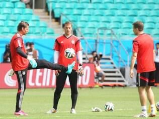Manuel Neuer (centro) é uma das principais armas da Alemanha para levar o tetra no Brasil