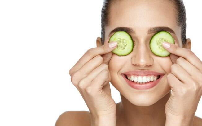 Alguns tratamentos estéticos em clínicas especializadas ou em casa podem ajudar na hora de clarear olheiras facilmente