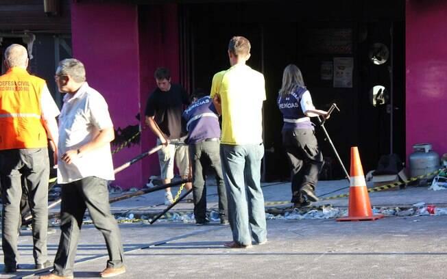 Policiais civis realizam nova perícia na boate Kiss, centro de Santa Maria, no RS