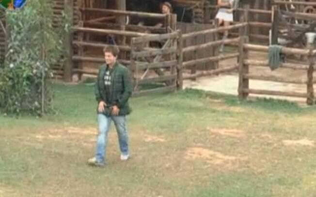 Thiago Gagliasso vai para a área dos animais de chinelo