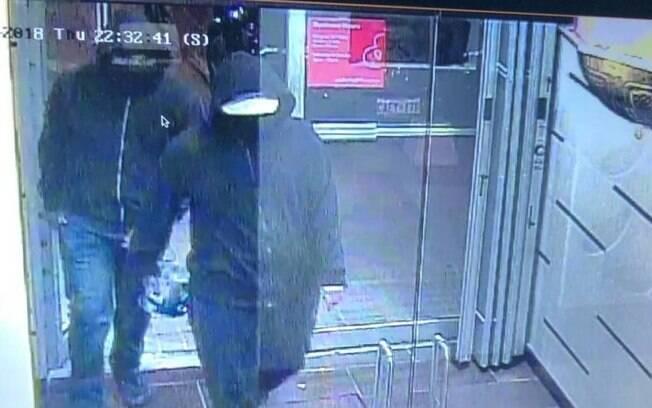 Os dois suspeitos de envolvimento na explosão estão sendo procurados pela polícia local
