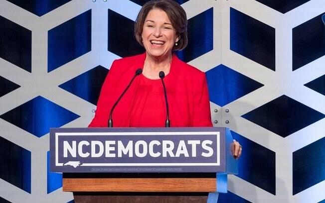 Amy Klobuchar foi a terceira democrata a desistir de candidatura
