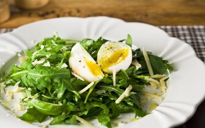 Foto da receita Ovos (mollet) com salada de rúcula e parmesão pronta.