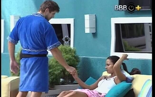 Jonas pede que Kelly não fique triste por causa de Fabiana