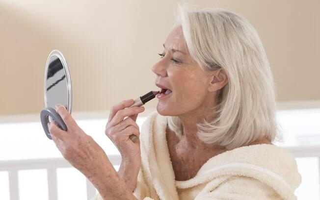 O tipo do seu corte de cabelo e a maquiagem que você usa também pode ajudar a deixar a aparência mais jovem