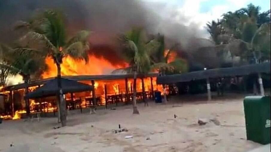 Incêndio atinge estrutura de parque aquático em Rio Quente (GO)