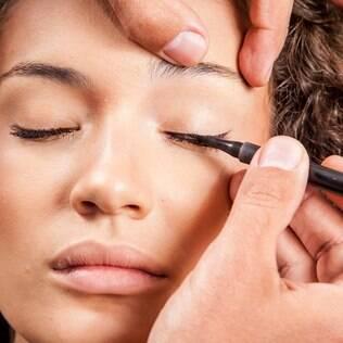 Clique e veja nossa aula de maquiagem completa, em seis passos