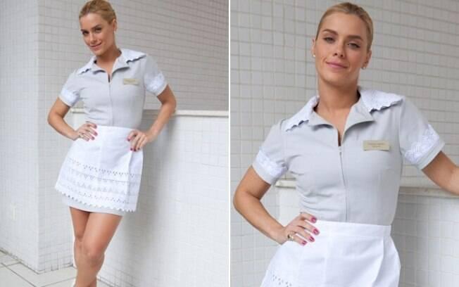 Teodora posa com o uniforme de faxineira