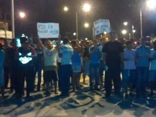 Um grupo de moradores e trabalhadores da região está fazendo um protesto