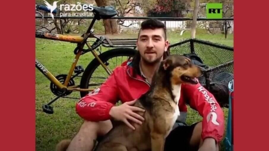O cachorro ajuda o dono a entregar