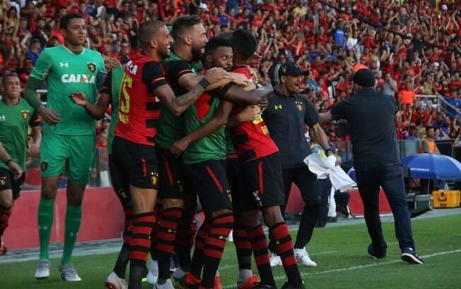 Jogadores do Sport comemoram gol sobre o Paraná que ajuda o time a respirar no Brasileirão, que é liderado pelo São Paulo