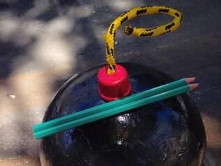Bolas de concreto foram pintadas como bombas e depois receberam pares de lápis em homenagem a liberdade de expressão.
