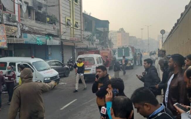 Incêndio em fábrica em Nova Déli na manhã deste domingo (8) na parte antriga da capital indiana