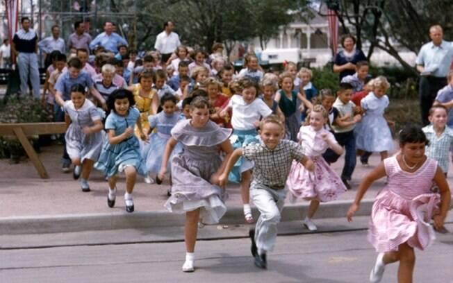 Crianças chegando no parque