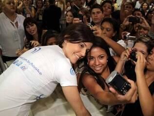 Deborah Secco tira fotos com fãs em evento: