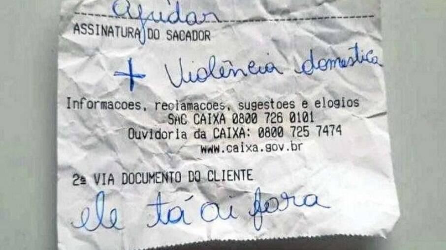 Vítima de violência doméstica pedindo ajuda por bilhete escrito em extrato bancário
