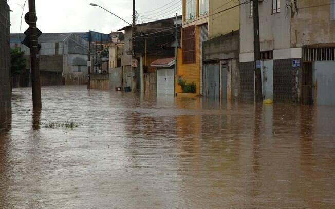 Imagem de trecho da Avenida Aricanduva, na zona leste: região vive com cheias frequentes