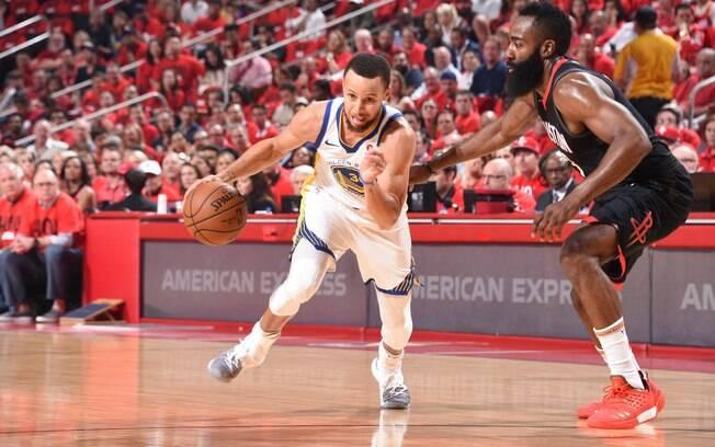 Stephen Curry e James Harden disputam durante partida entre Houston Rockets e Golden State Warriors pela final da Conferência Oeste da NBA