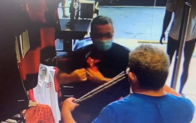Idosos furtam camisas do Flamengo