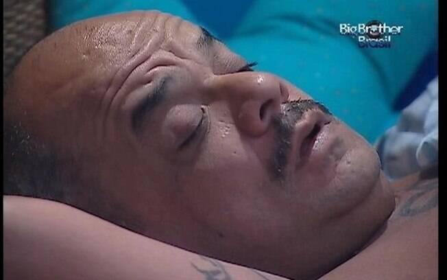 João Carvalho acorda e tem dificuldade para abrir o olho