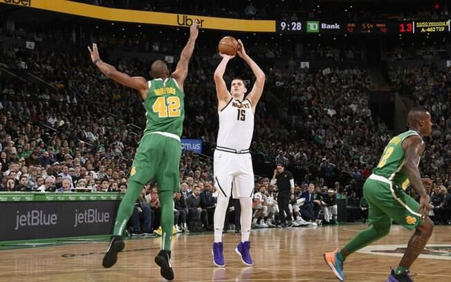Vitória sobre os Celtics, aliada a derrota dos Warriors, colocou os Nuggets na liderança do Oeste e nos playoffs
