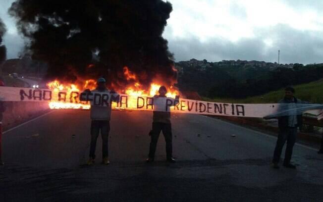 Na manhã desta sexta-feira, integrantes do MTST realizaram manifestações em avenidas da capital paulista